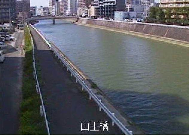 御笠川山王橋ライブカメラは、福岡県福岡市博多区の山王橋に設置された御笠川が見えるライブカメラです。