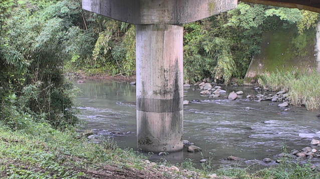 大分県杵築市八坂の橋付近に設置された大左右橋・八坂川・大分県道644号藤原杵築線が見えるライブカメラです。