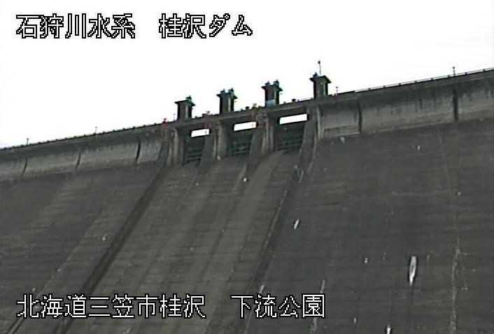 桂沢ダムライブカメラは、北海道三笠市桂沢の桂沢ダムに設置された堤体が見えるライブカメラです。