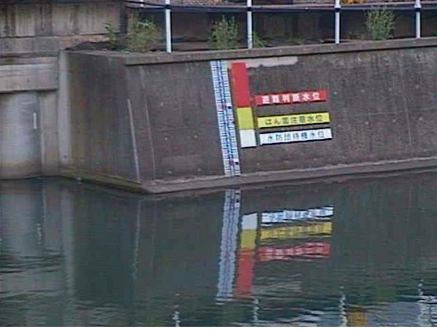 帷子川元平沼橋ライブカメラは、神奈川県横浜市西区の元平沼橋に設置された帷子川が見えるライブカメラです。更新は2分間隔で、独自配信による静止画のライブ映像配信です。神奈川県庁による配信。
