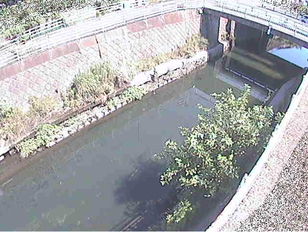 目久尻川吉野橋ライブカメラは、神奈川県綾瀬市吉岡の吉野橋に設置された目久尻川が見えるライブカメラです。