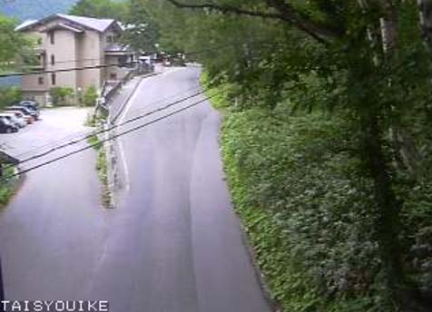 長野県道24号大正池ライブカメラは、長野県松本市安曇の大正池に設置された長野県道24号上高地公園線が見えるライブカメラです。