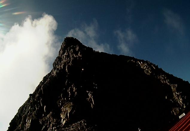 穂高岳山荘ライブカメラは、岐阜県高山市奥飛騨温泉郷の穂高岳山荘に設置された穂高連峰が見えるライブカメラです。
