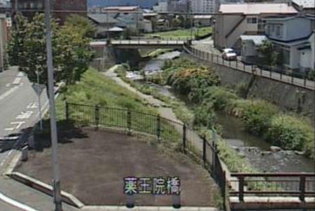 土淵川薬王院橋ライブカメラは、青森県弘前市笹森町の薬王院橋に設置された土淵川が見えるライブカメラです。