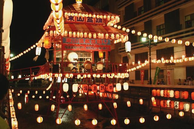 東山温泉盆踊りライブカメラは、福島県会津若松市東山町の会津東山温泉向瀧に設置された東山温泉盆踊りが見えるライブカメラです。