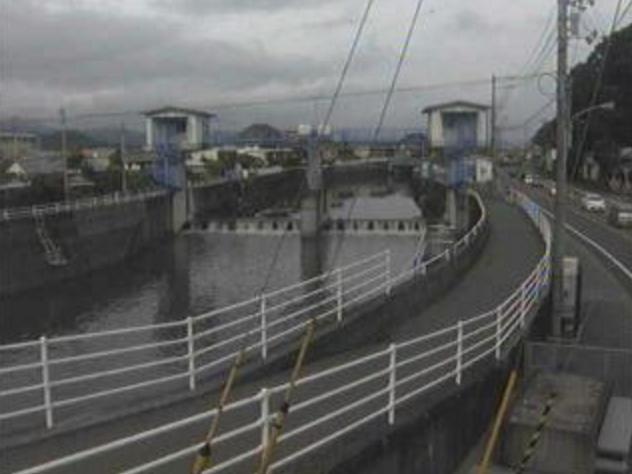 舟入川市川堰ライブカメラは、高知県高知市大津甲の市川堰に設置された舟入川が見えるライブカメラです。