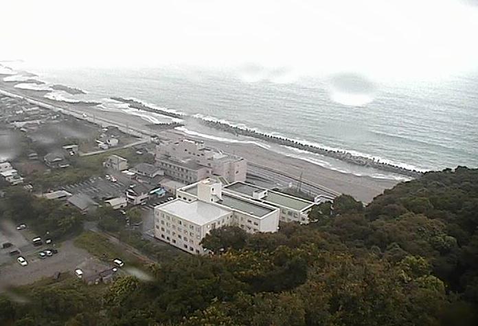 白菊園裏山ライブカメラは、高知県土佐市新居の白菊園裏山に設置された土佐湾・高知県道23号須崎仁ノ線(黒潮ライン)が見えるライブカメラです。