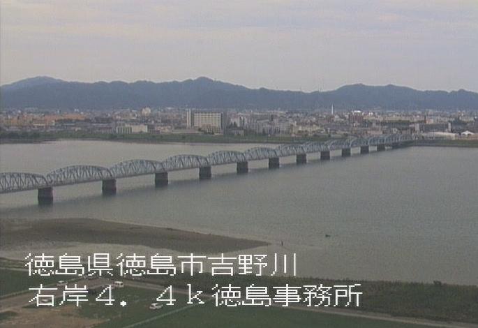 吉野川徳島河川国道事務所ライブカメラは、徳島県徳島市上吉野町の徳島河川国道事務所に設置された吉野川・吉野川橋が見えるライブカメラです。
