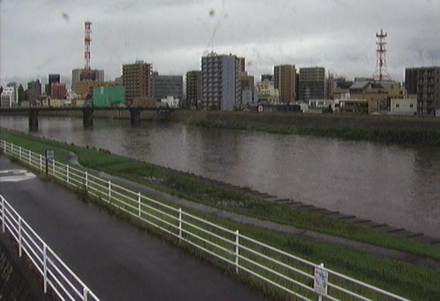 狩野川三園橋ライブカメラは、静岡県沼津市御幸町の三園橋に設置された狩野川が見えるライブカメラです。