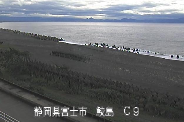 富士海岸鮫島ライブカメラは、静岡県富士市の鮫島に設置された富士海岸・駿河湾が見えるライブカメラです。