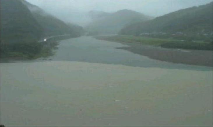 熊野川北山川合流地点ライブカメラは、和歌山県新宮市の熊野川町宮井に設置された熊野川北山川合流地点が見えるライブカメラです。