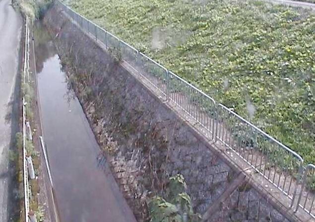 土師宮町土師川橋右岸付近水路ライブカメラは、京都府福知山市の土師宮町に設置された土師川橋右岸付近水路が見えるライブカメラです。