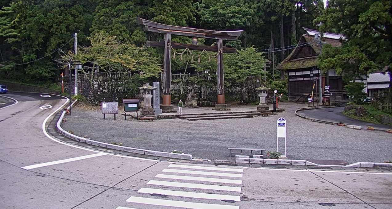 戸隠神社中社広庭ライブカメラは、長野県長野市戸隠の戸隠観光案内所(戸隠観光情報センター)に設置された戸隠神社中社広庭が見えるライブカメラです。