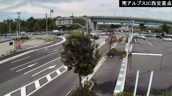 CVK南アルプスIC西交差点ライブカメラは、山梨県南アルプス市十日市場の南アルプスIC西交差点(南アルプスインターチェンジ西交差点)に設置された中央市方面・中部横断自動車道・国道52号(甲西道路)・山梨県道12号韮崎南アルプス中央線が見えるライブカメラです。