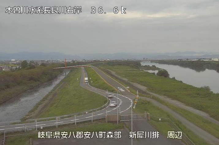 長良川新犀川排水機場ライブカメラは、岐阜県安八町森部の新犀川排水機場に設置された長良川・岐阜県道23号北方多度線(清流サルスベリ街道)が見えるライブカメラです。