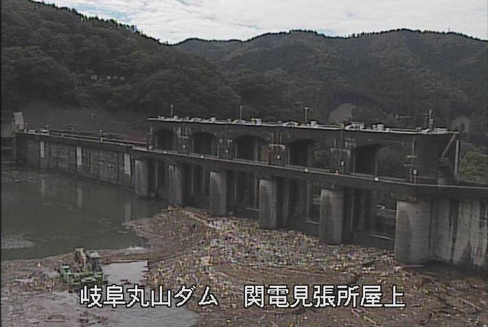 丸山ダム関電見張所ライブカメラは、岐阜県八百津町八百津の関電見張所(関西電力丸山発電所えん堤見張所)に設置された丸山ダムが見えるライブカメラです。