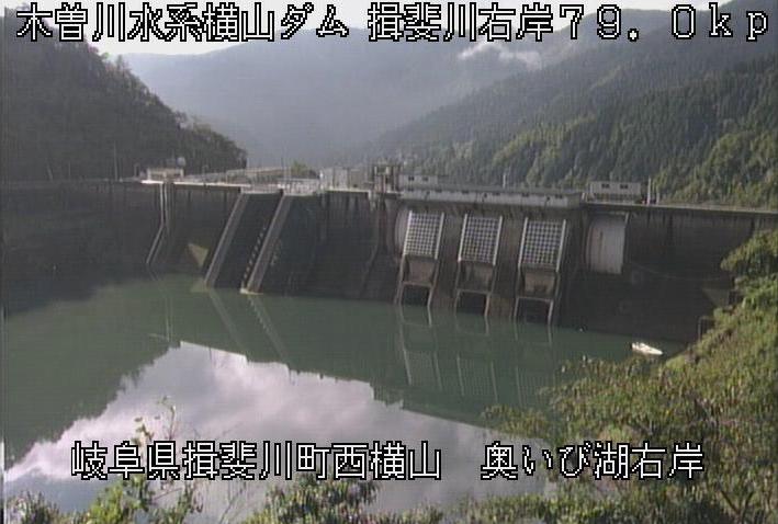 横山ダムダム湖右岸ライブカメラは、岐阜県揖斐川町東横山のダム湖右岸(奥いび湖右岸)に設置された横山ダムが見えるライブカメラです。