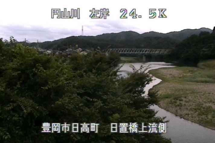 円山川日置橋上流ライブカメラは、兵庫県豊岡市日高町の日置橋上流に設置された円山川が見えるライブカメラです。