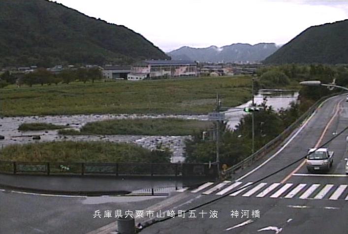 揖保川神河橋ライブカメラは、兵庫県宍粟市山崎町の神河橋に設置された揖保川が見えるライブカメラです。