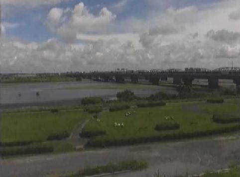 天竜川天竜川橋右岸ライブカメラは、静岡県浜松市東区の天竜川橋右岸に設置された天竜川が見えるライブカメラです。