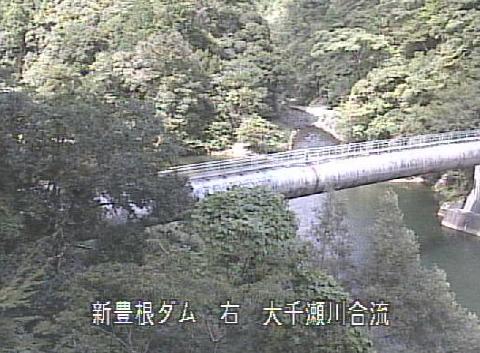 大千瀬川大入川合流点ライブカメラは、静岡県浜松市天竜区の大入川合流点に設置された大千瀬川が見えるライブカメラです。