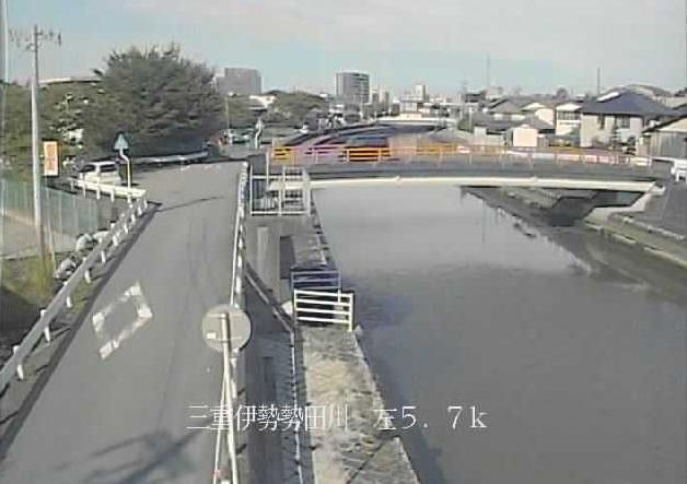 勢田川岡本水位観測所ライブカメラは、三重県伊勢市岡本の岡本水位観測所に設置された勢田川が見えるライブカメラです。
