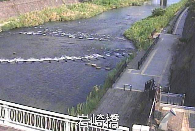 甲突川岩崎橋ライブカメラは、鹿児島県鹿児島市下伊敷町の岩崎橋水位観測所に設置された甲突川が見えるライブカメラです。
