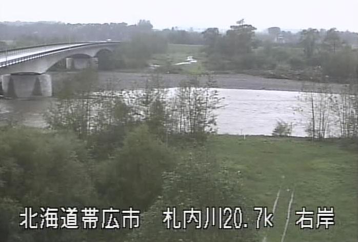札内川第二大川橋ライブカメラは、北海道帯広市大正町の第二大川橋水位観測所に設置された札内川・北海道道62号豊頃糠内芽室線が見えるライブカメラです。