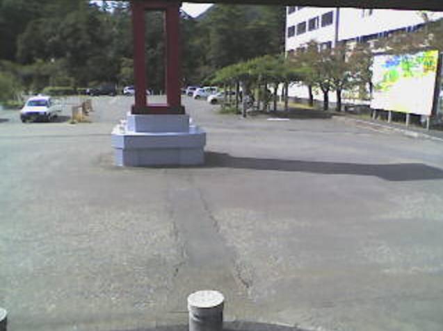 弥彦駅駅前広場ライブカメラは、新潟県弥彦村弥彦のJR弥彦駅に設置された駅前広場が見えるライブカメラです。