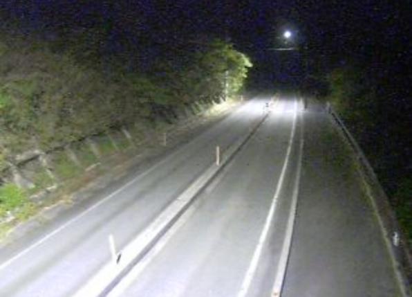 国道180号菅沢ライブカメラは、鳥取県日南町菅沢の菅沢(日南湖沿い)に設置された国道180号が見えるライブカメラです。
