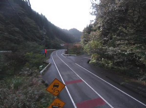 鳥取県道35号西伯根雨線間地峠ライブカメラは、鳥取県日野町舟場の間地峠に設置された鳥取県道35号西伯根雨線が見えるライブカメラです。