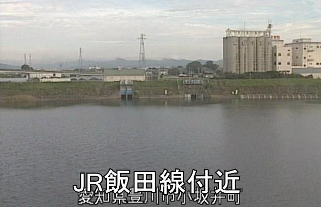 豊川放水路JR飯田線付近ライブカメラは、愛知県豊川市小坂井町のJR飯田線付近に設置された豊川放水路が見えるライブカメラです。