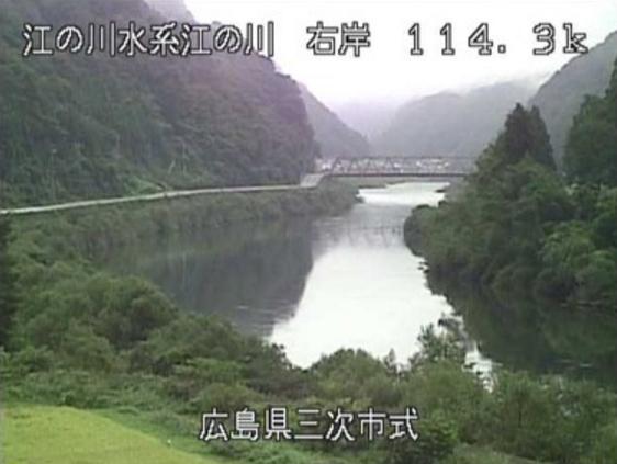 江の川式ライブカメラは、広島県三次市作木町の式に設置された江の川が見えるライブカメラです。