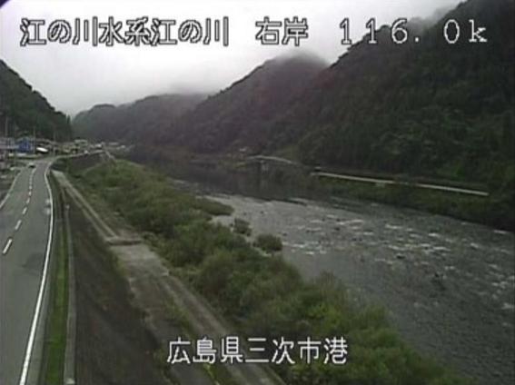 江の川港ライブカメラは、広島県三次市作木町の港に設置された江の川が見えるライブカメラです。