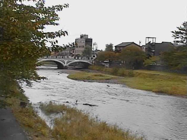 浅野川天神橋ライブカメラは、石川県金沢市材木町の天神橋に設置された浅野川が見えるライブカメラです。