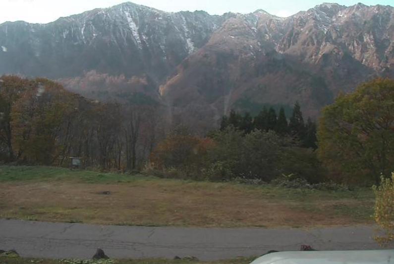 秋山郷のよさの里牧之の宿ライブカメラは、長野県栄村上野原ののよさの里牧之の宿に設置された鳥甲山が見えるライブカメラです。