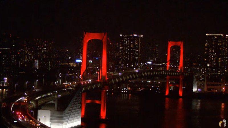 新型コロナウイルス感染症東京アラート発動中の赤色のレインボーブリッジ|ちんあなレインボーブリッジ首都高速11号台場線ライブカメラ(東京都港区台場)