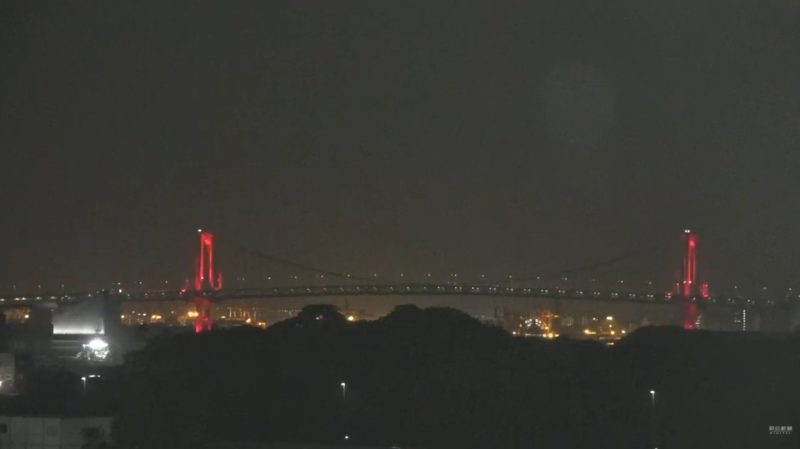 新型コロナウイルス感染症東京アラート発動中の赤色のレインボーブリッジ